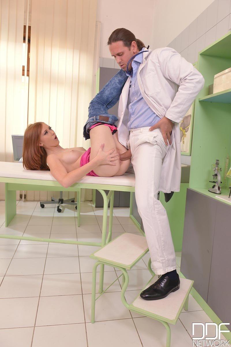 18-летней врач порет в больничной палате похотливую тёлку в анальную дырку. Порно врач.