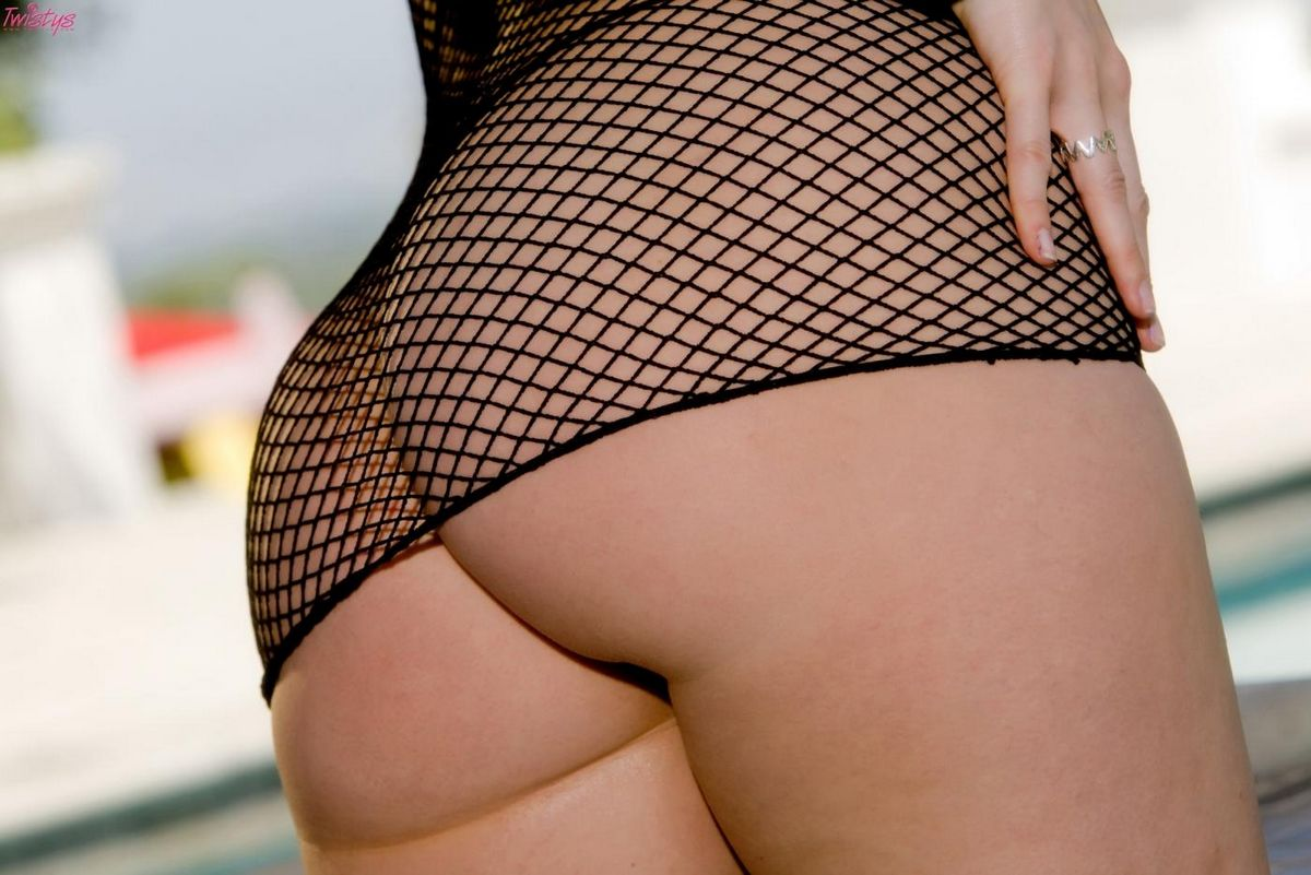 Шикарная светлая порноактриса Hollie Stevens снимает просвечивающее платье-сеточку и трусики на заднем дворе. Порно светлый.