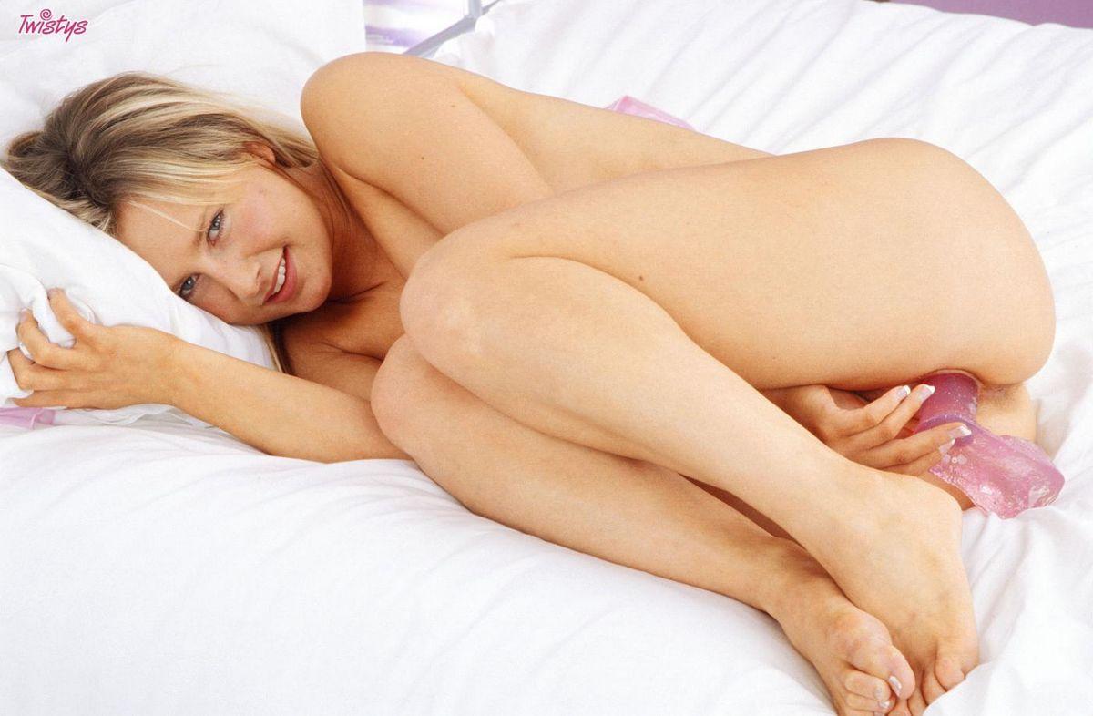 Светлая порноактриса Bailey снимает просвечивающее белье и порет руками свою аппетитную писю. Порно светлый.
