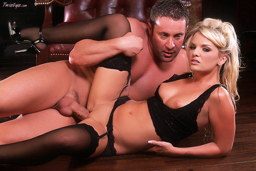 Модель со свелыми волосами Cassie Courtland в черном белье. Порно модель.