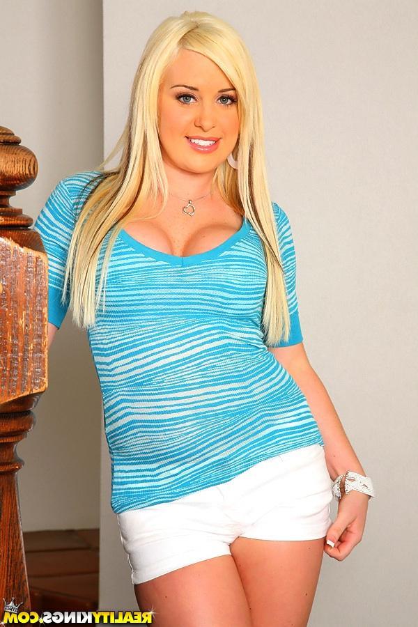 Фигуристая блонди зашла к юноше. Порно блонди.
