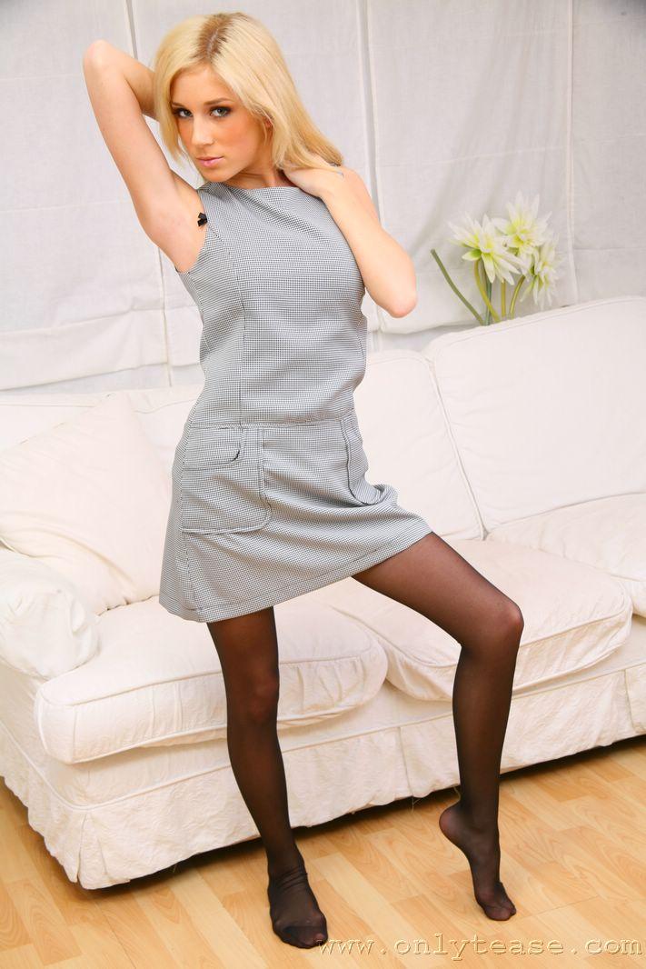 Привлекательная блондинка в сером платье Julia Crown. Порно привлекательный.