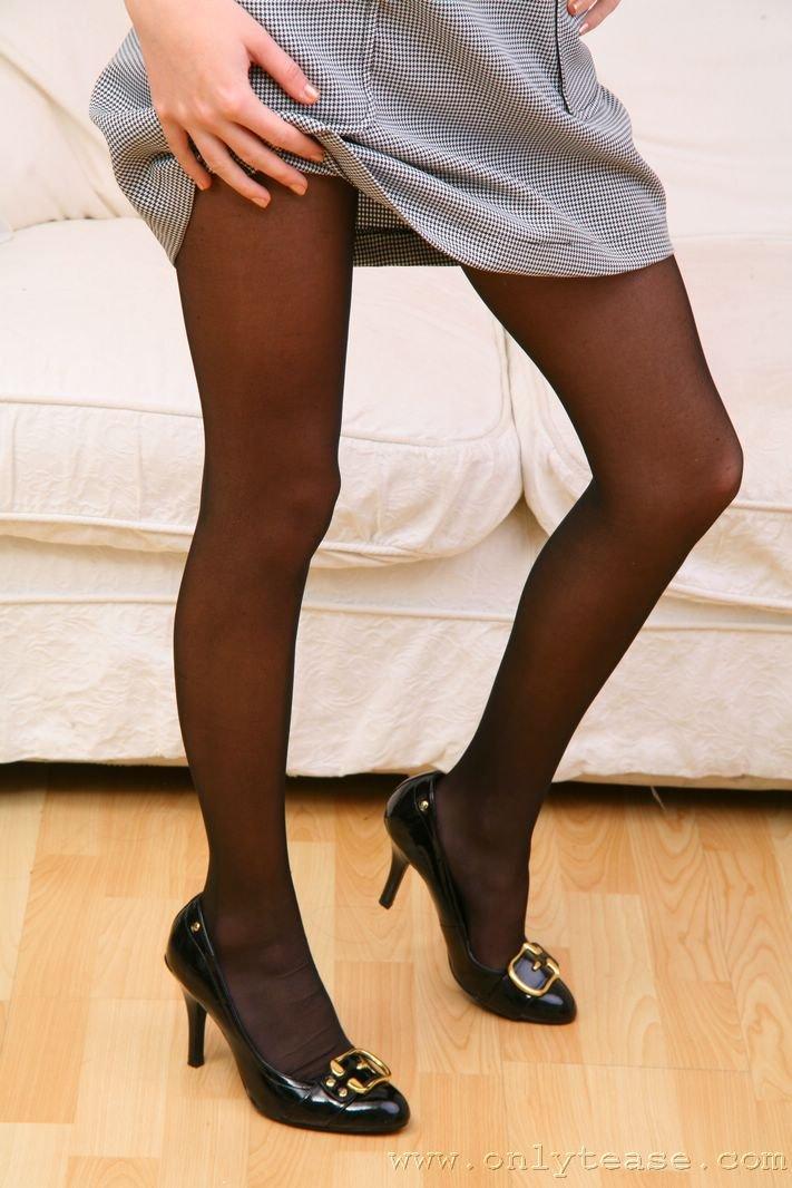 Привлекательная блондинка в сером платье Julia Crown. Порно серый.