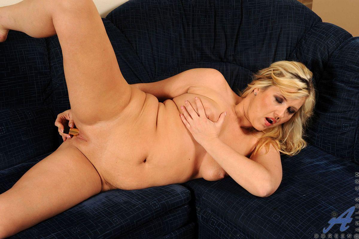 Сексуальная взрослая блондиночка Doreen Anilos обнажается и впускает золотой  дилдо в свою щелку. Порно Anilos.