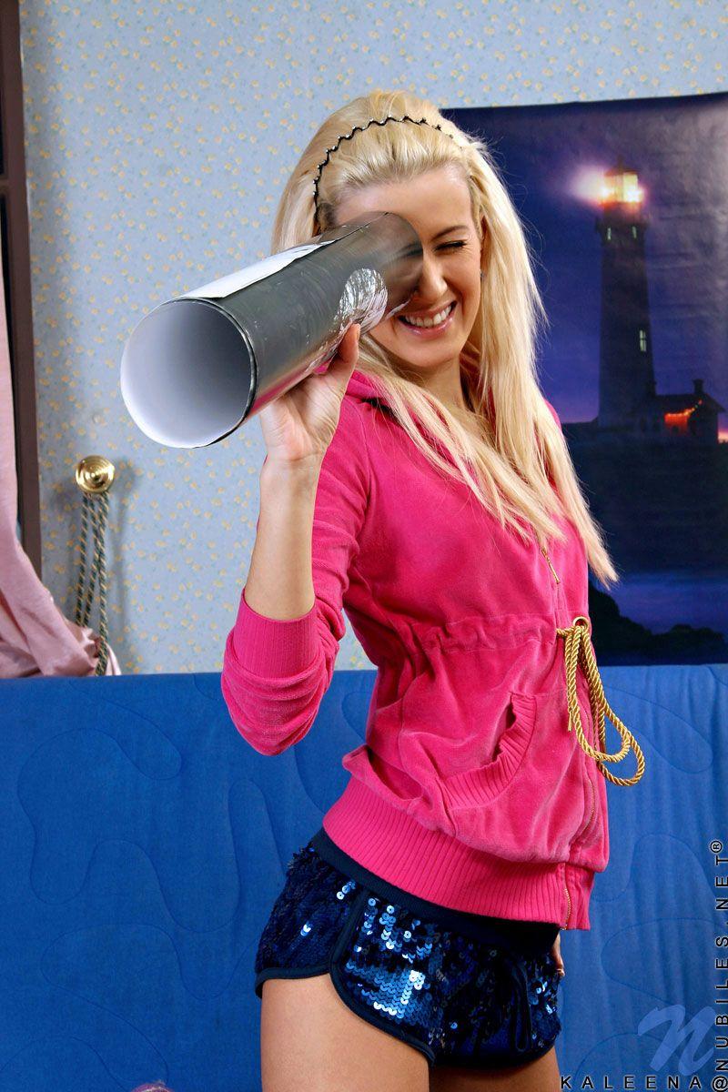Стройная блондинка-подросток Kaleena Nubiles оголяется до фиолетовых носочков и трогает свою сахарную мелкую пизду. Порно Kaleena.