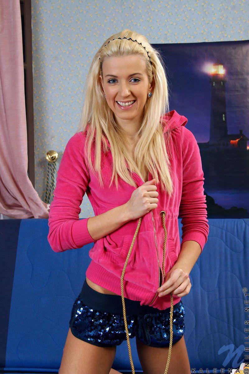 Стройная блондинка-подросток Kaleena Nubiles оголяется до фиолетовых носочков и трогает свою сахарную мелкую пизду. Порно блондинка.