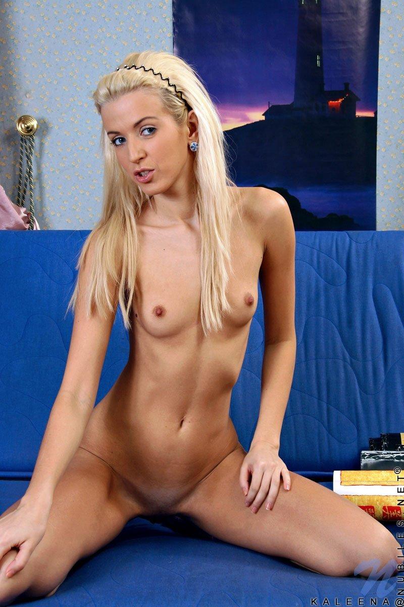 Стройная блондинка-подросток Kaleena Nubiles оголяется до фиолетовых носочков и трогает свою сахарную мелкую пизду. Порно стройный.