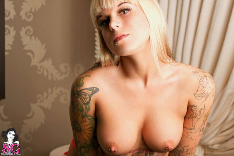 Татуированная модель со свелыми волосами продемонтстрировала стриптиз. Порно татуировать.