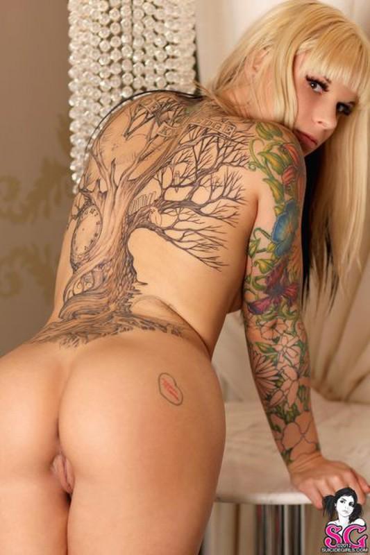 Татуированная модель со свелыми волосами продемонтстрировала стриптиз. Порно модель.