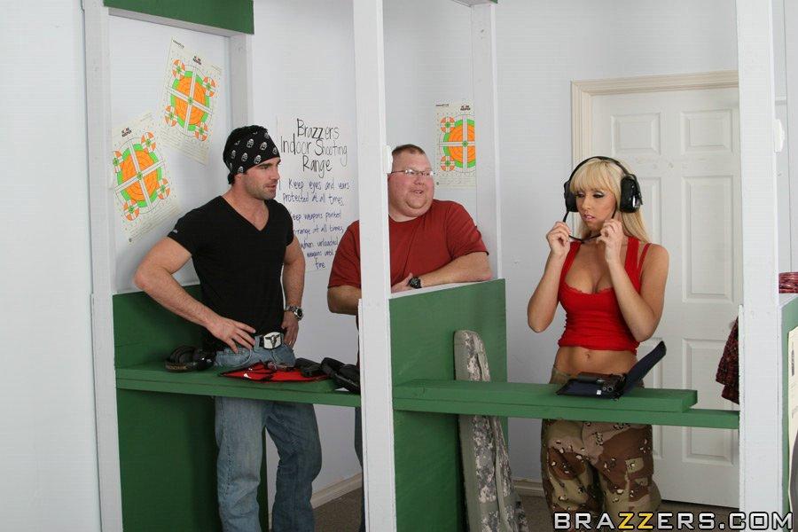 Военная светловолосая девушка с огромными титьками Джессика Линн дает горячему юноше вылизать и отжарить свою письку. Порно выебать свою.