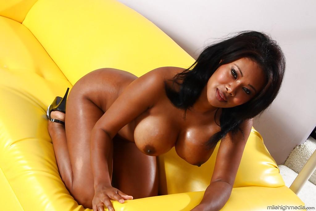 Африканка Jessica Dawn массирует роскошное туловище. Порно африканка.