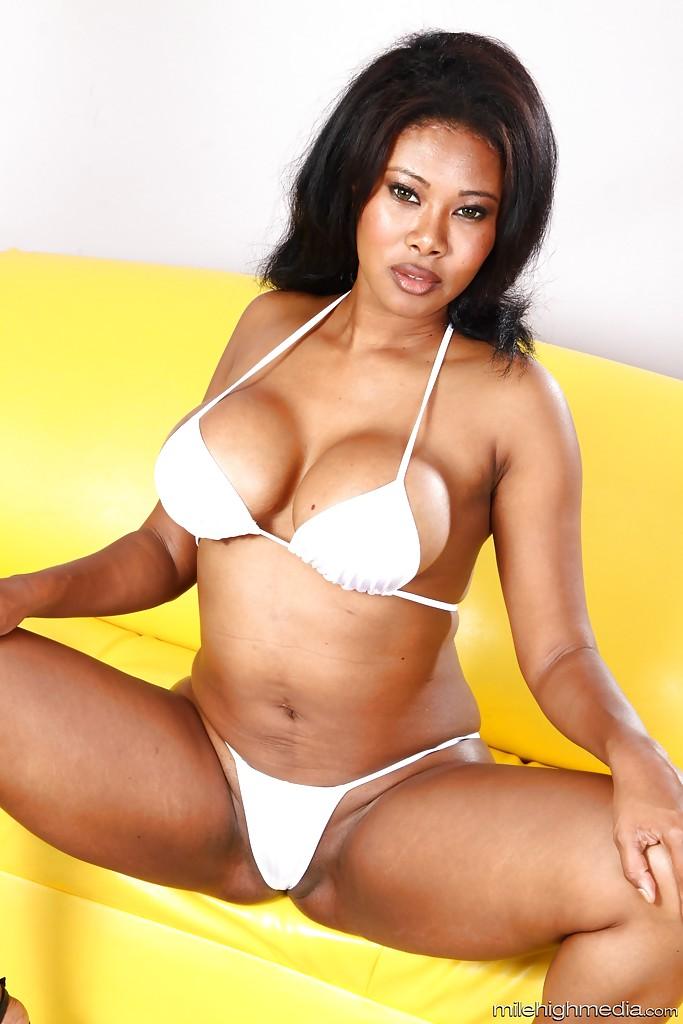 Африканка Jessica Dawn массирует роскошное туловище. Порно Dawn теребит.