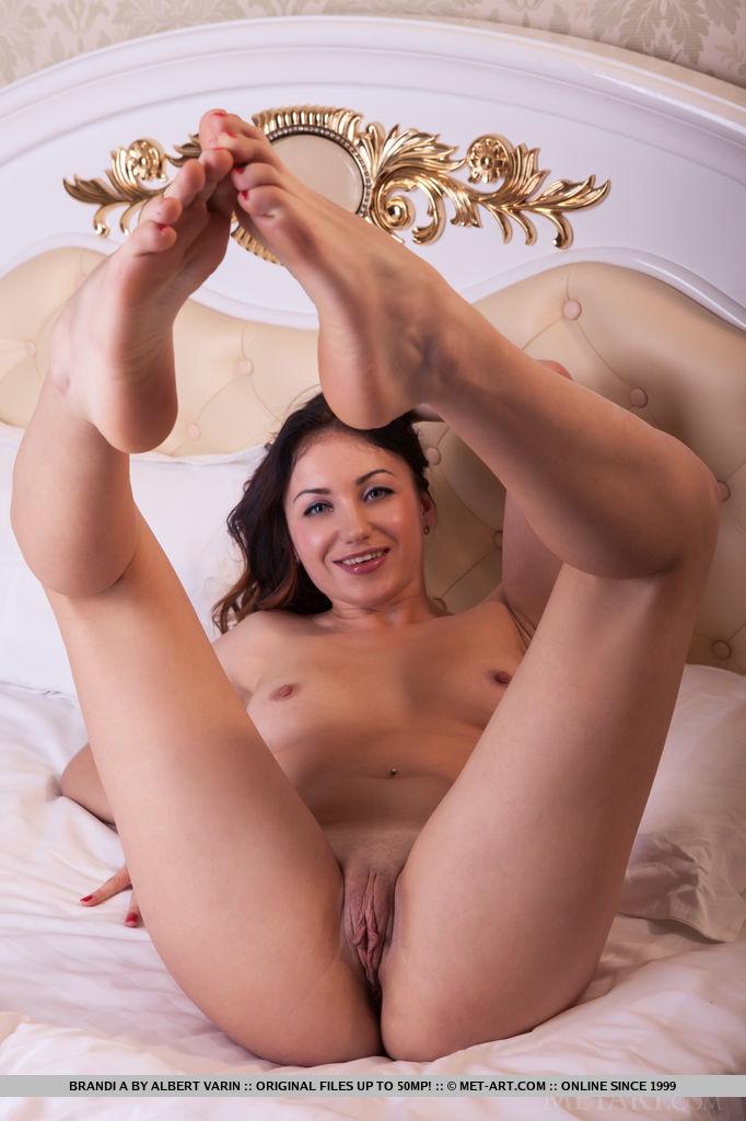 Brandi A танцует стриптиз в одной из комнат ее дома. Порно танцует стриптиз.