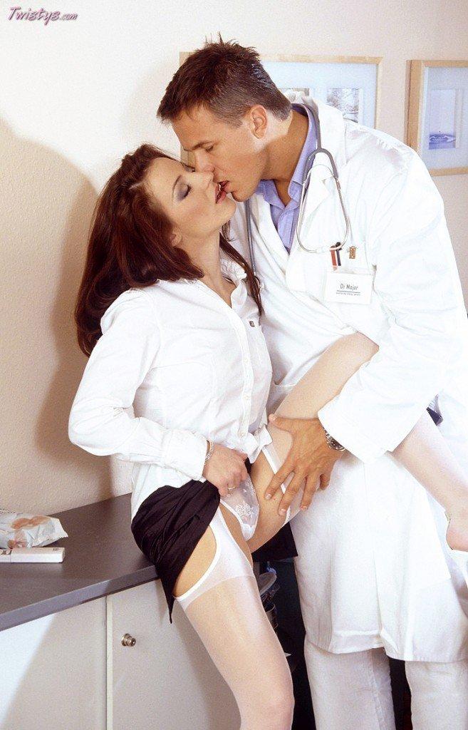 Русая порноактрисса Judith Fox долбится с большим фаллосом доктора в манду. Порно порноактрисса.