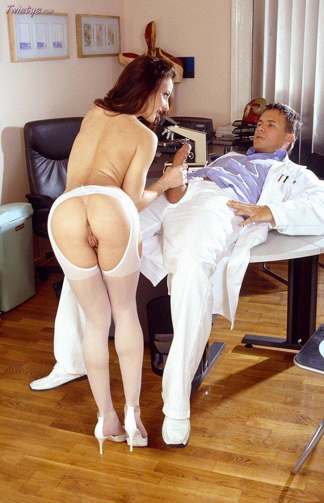 Русая порноактрисса Judith Fox долбится с большим фаллосом доктора в манду. Порно Judith.