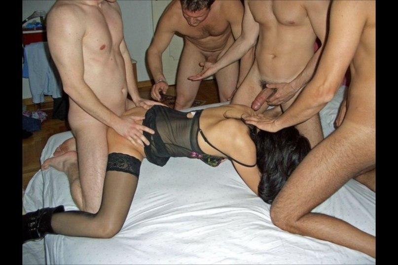 Проститутки для фотосессии ублажают нескольких мужиков. Порно длить.