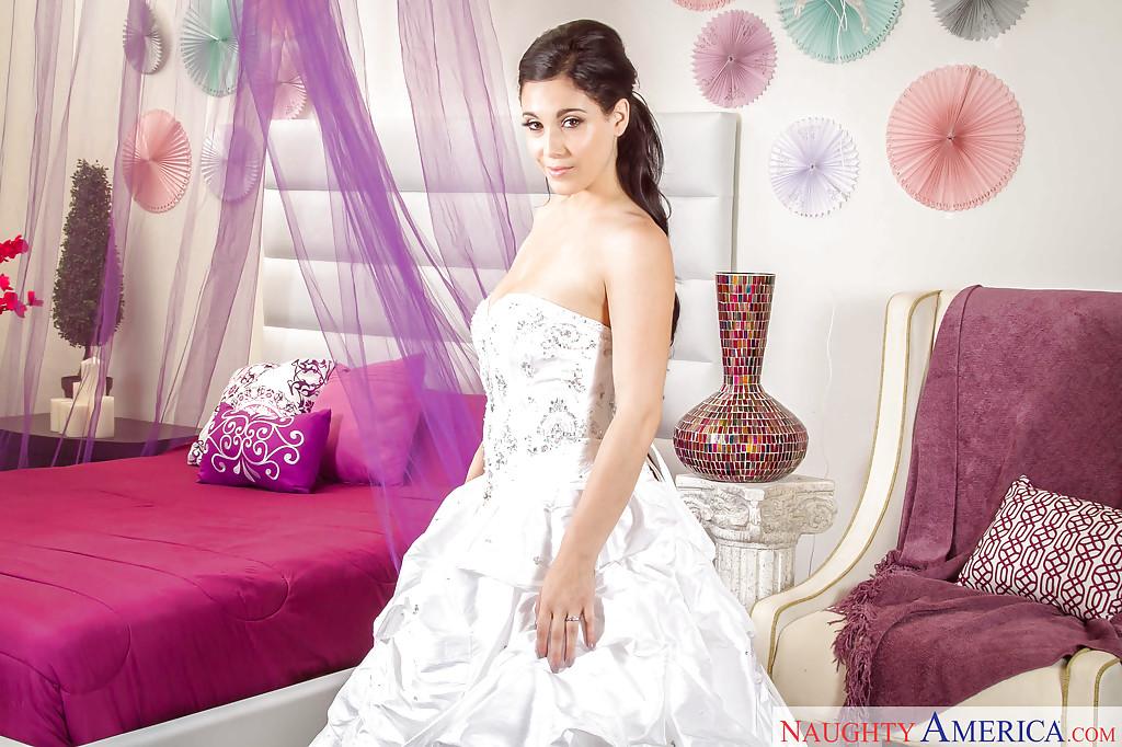 Невеста в роскошном платье снимает трусики в комнате. Порно роскошный.