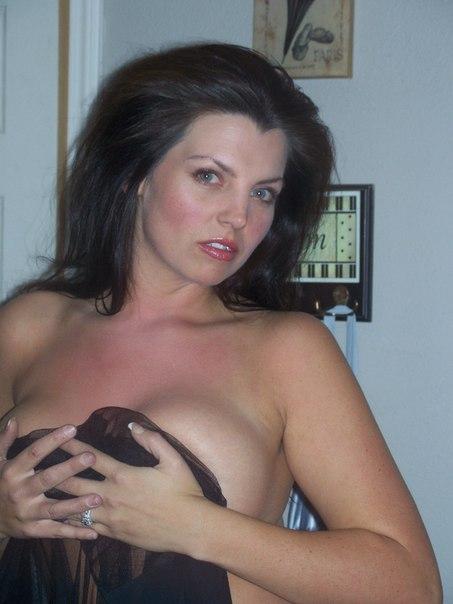 Нагая мадам с темными волосами попозировала перед хахалем. Порно мадам.