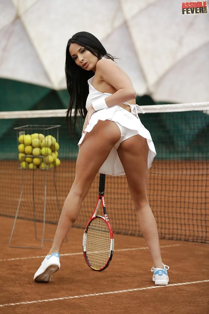 Сисястая фифа оголилась на теннисном корте. Порно Сисястая.