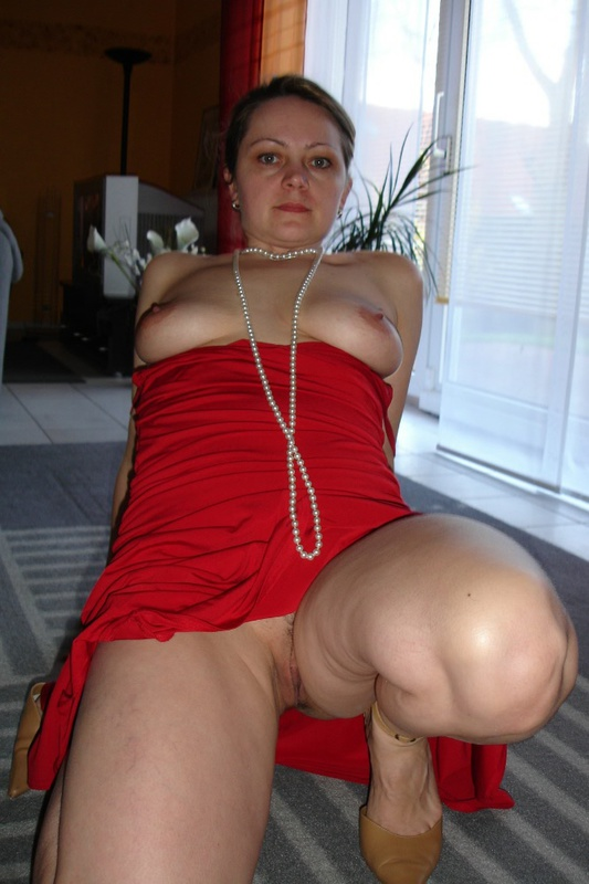 Возрастная в красном платье выставила пизду. Порно выставила пилотку.