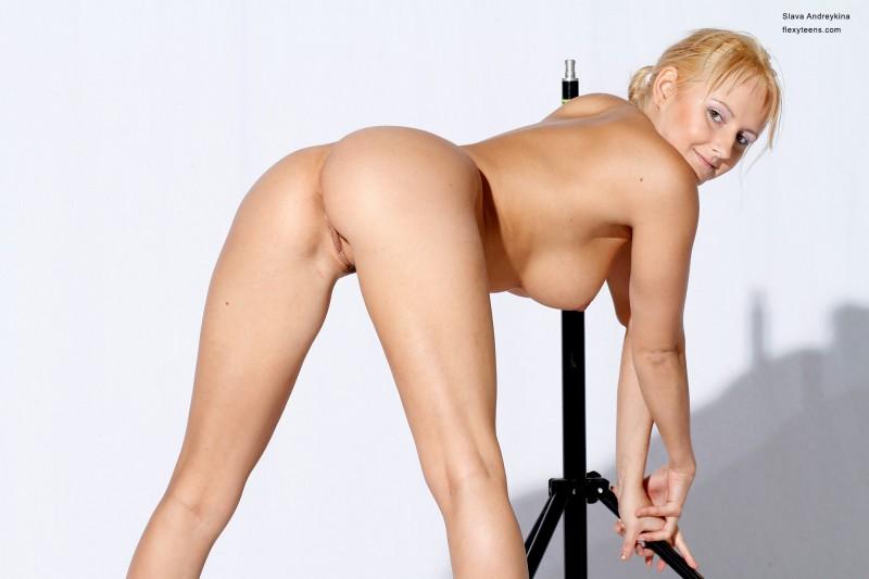 Голая русская блондинка в фотостудии. Порно русская.