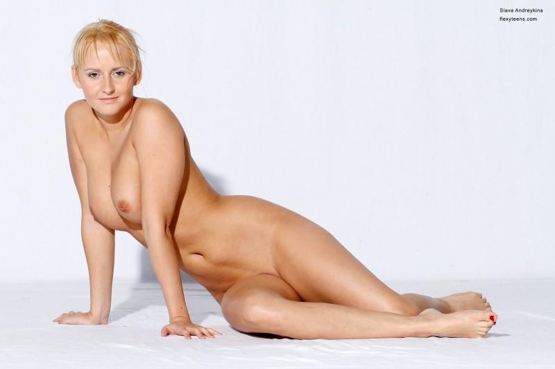 Голая русская блондинка в фотостудии. Порно блондинка.