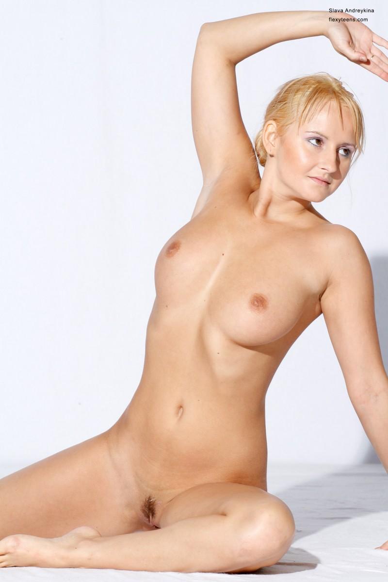 Голая русская блондинка в фотостудии. Порно голый.