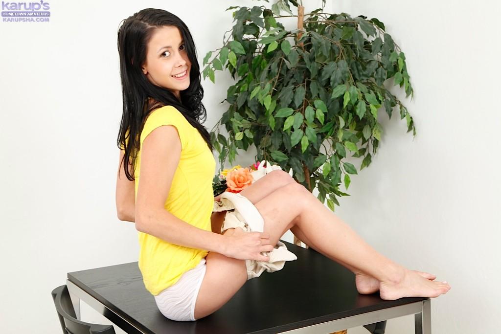 Тощая модель с темными волосами Алайна Кристар сняла трусы в домашних условиях и легла обнаженная на стол. Порно модель.