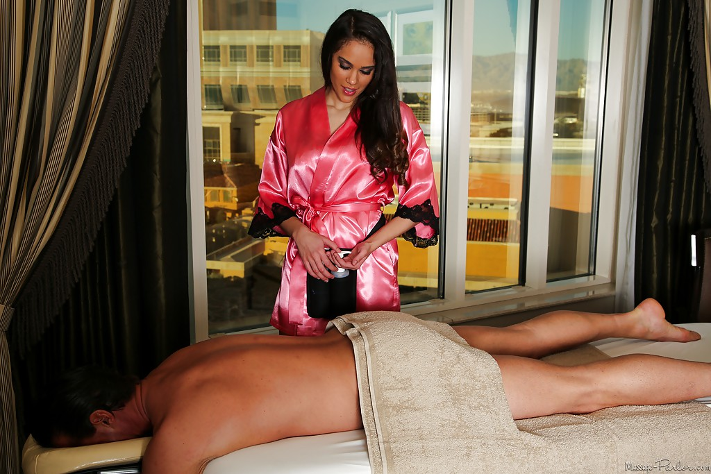 Массажистка сбросила белье и занялась с мачо оральными ласками ххх фото. Порно белье.