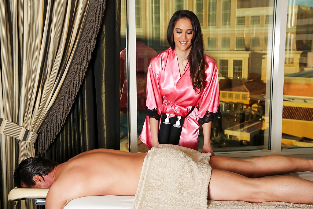 Массажистка сбросила белье и занялась с мачо оральными ласками ххх фото. Порно массажистка.