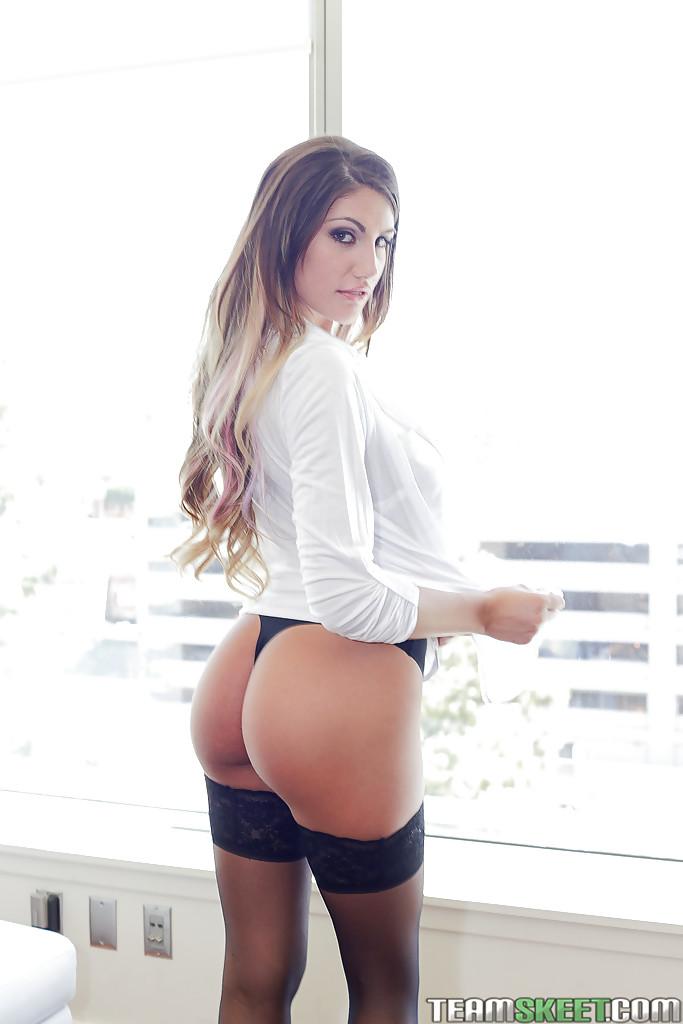 Няшка скинула рядом с окном рубашку и, отодвинув трусы, блистает писей xxx фото. Порно киска.