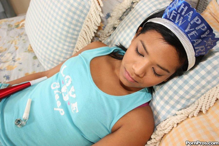 Спящая латина Emy Reyes дает выебать свою выбритую. Порно спать.