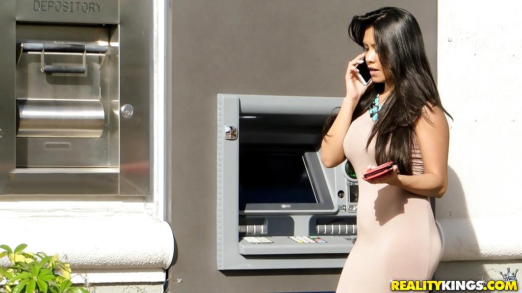 30летняя мулатка возбуждает ухоженную манду в авто фото порно. Порно мулатка.