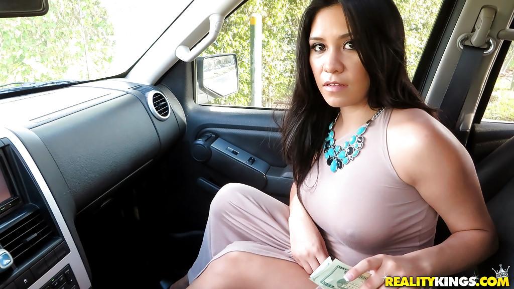 30летняя мулатка возбуждает ухоженную манду в авто фото порно. Порно 30летняя.