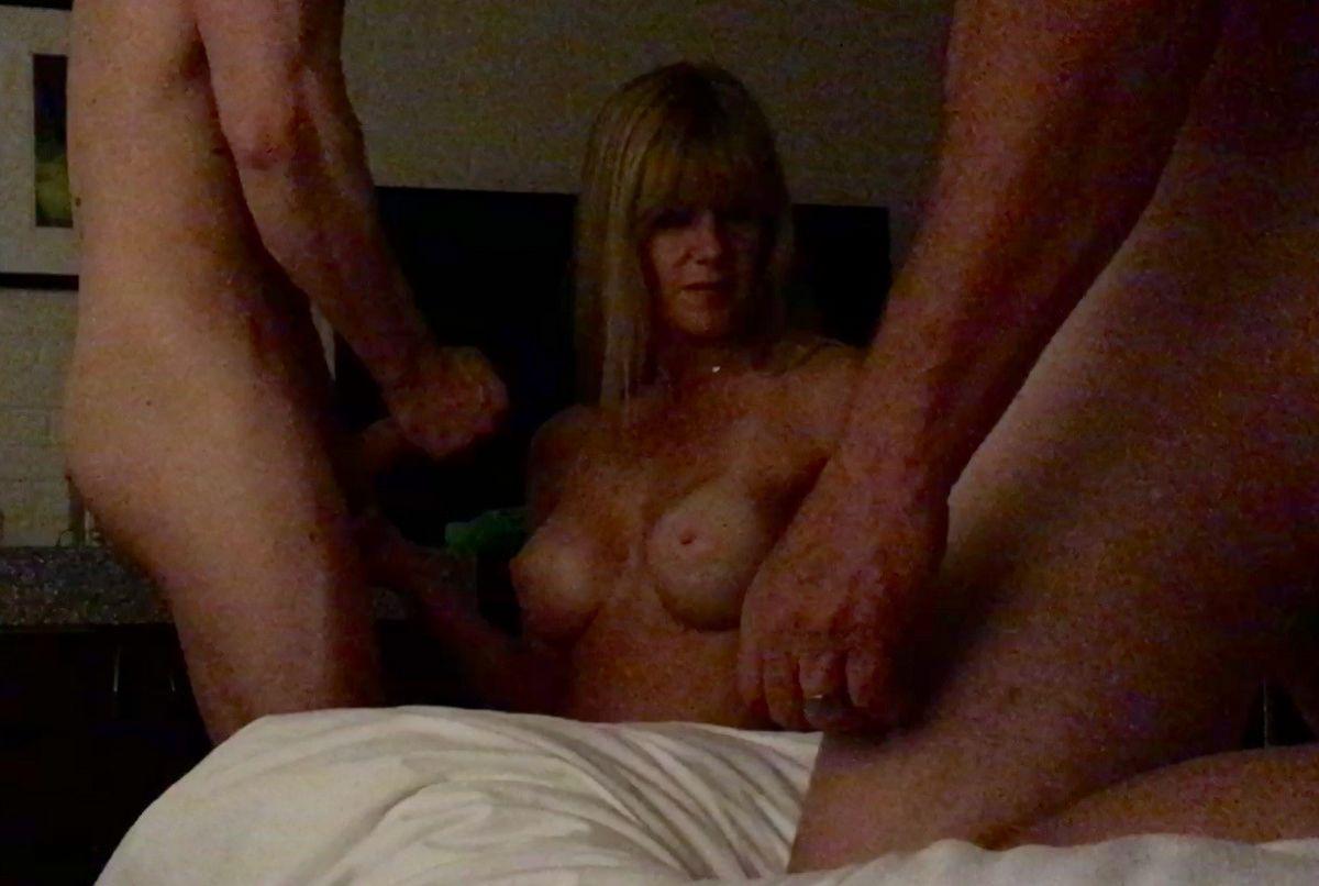 Наконец-то уговорил жену на групповой секс. Порно уговорить.