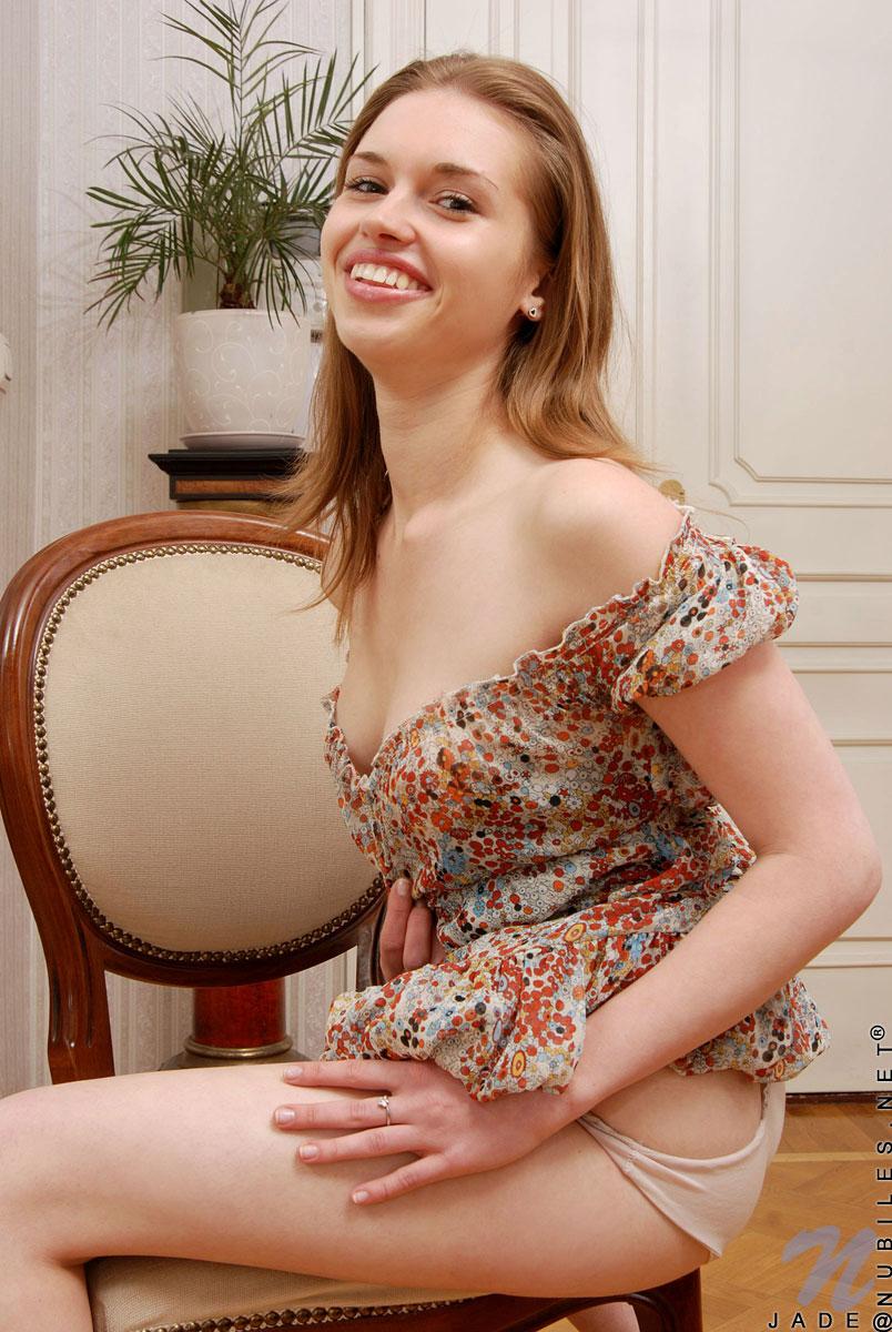 Совершеннолетняя красавица Jade Nubiles стягивает платье и трусики. Порно Jade.