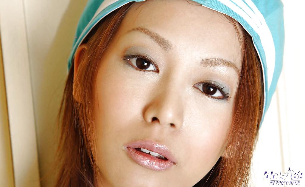 Изящная девушка с узкими глазами в белоснежном белье показывает нагое тело. Порно китаянка.