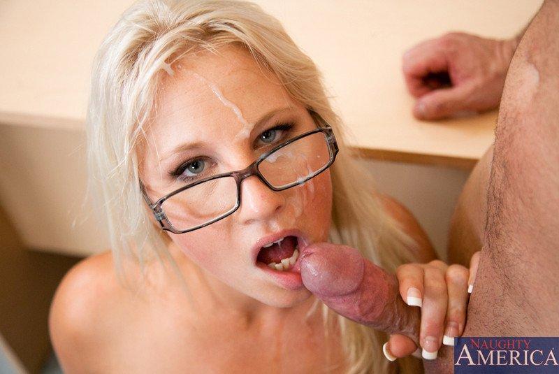Блондинистая красавица Kimmy Olsen жаждет кончить одновременно с взрывом кончи на своем страстном теле. Порно желает кончить.