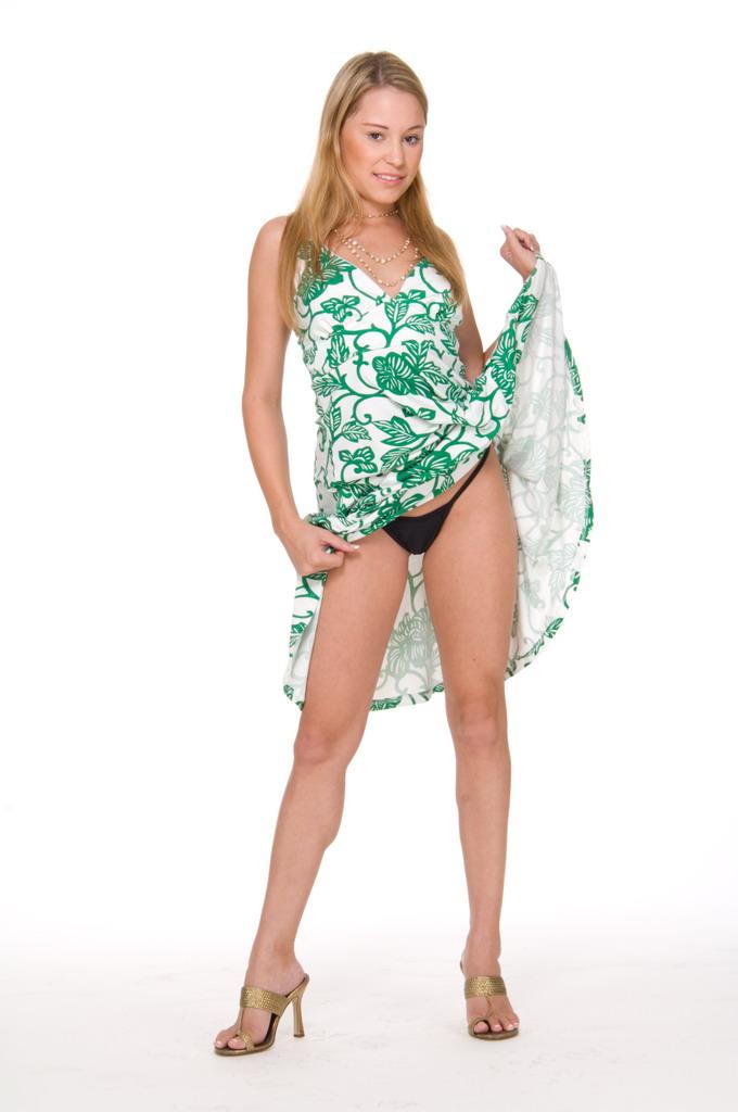 Хорошая милая блядь Kelly Skyline обнажает абсолютно голые сиськи. Порно хороший.