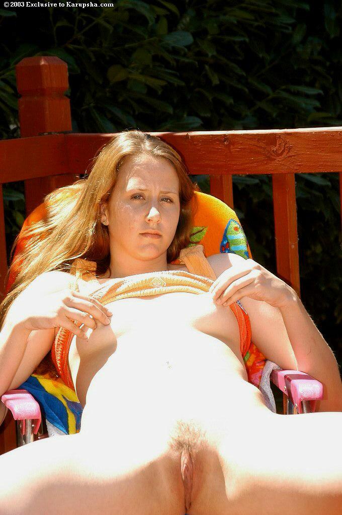 Лохматая Jerrie Grady бесстыже разводит половые губки под солнцем. Порно jerrie.