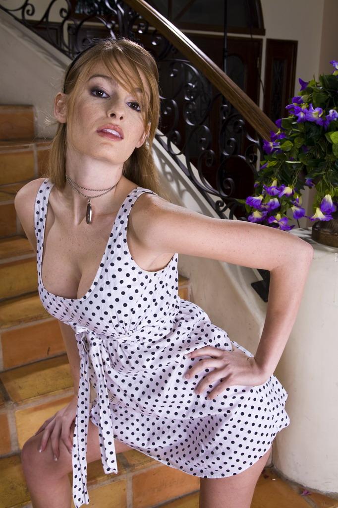 Негодная девушка-подросток Фэй Рейган извращено снимается на лестнице. Порно позирует лестнице.