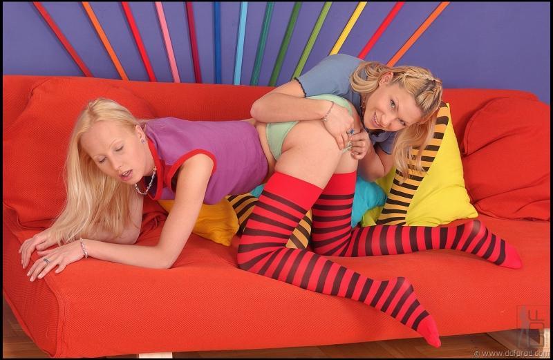 Робкая стройняшка Kathy Blanche и ее лезбийская сожительница в полосатых носках облизывают разноцветные игрушки. Порно стройняшка.