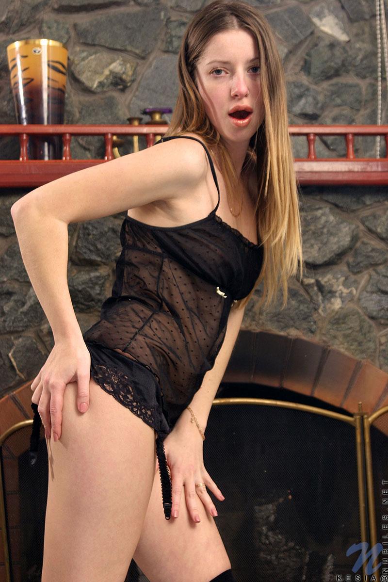 Стройная кошечка в чёрном белье Kesia Nubiles показывает киску у камина. Порно стройный.