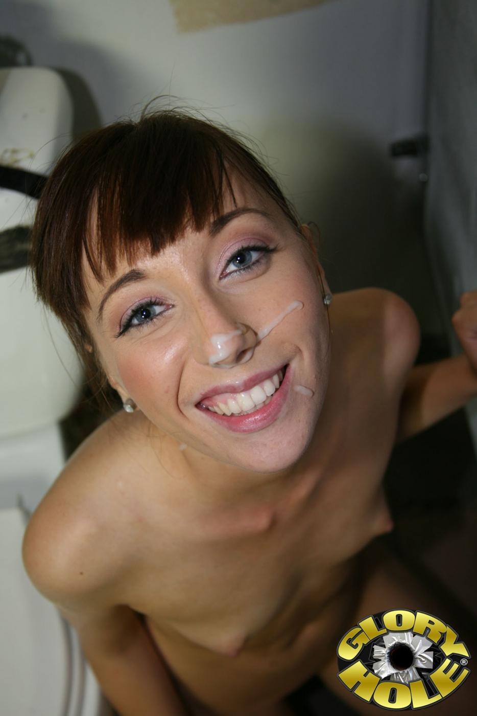 Визит в общественный туалет Lolita Haize переходит в межрассовый ебля с хуем из дыры. Порно хером дыры.