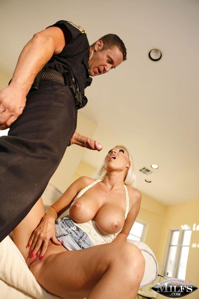 Сисястая блондинка Девон Ли разводит соблазнительные ноги для любопытного полицейского. Порно Сисястая.