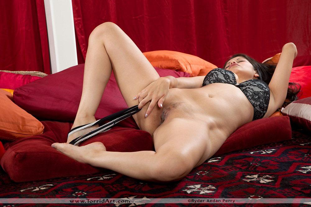 Сиськастая латинская девушка Evie Delatosso разводит ноги сразу после того как теряет блузку. Порно Delatosso.