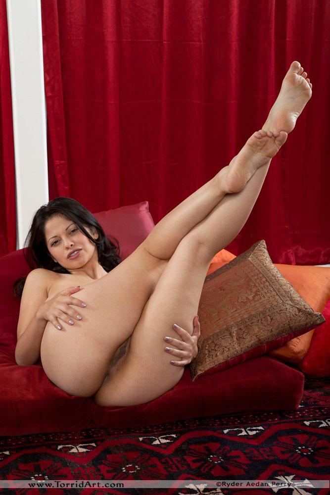 Сиськастая латинская девушка Evie Delatosso разводит ноги сразу после того как теряет блузку. Порно латинский.