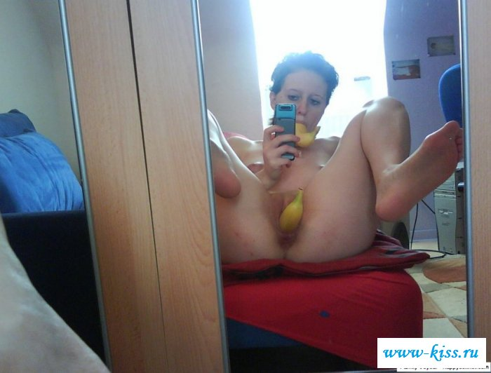 Селфи обнаженной барышни с бананом в вульве. Порно банан.