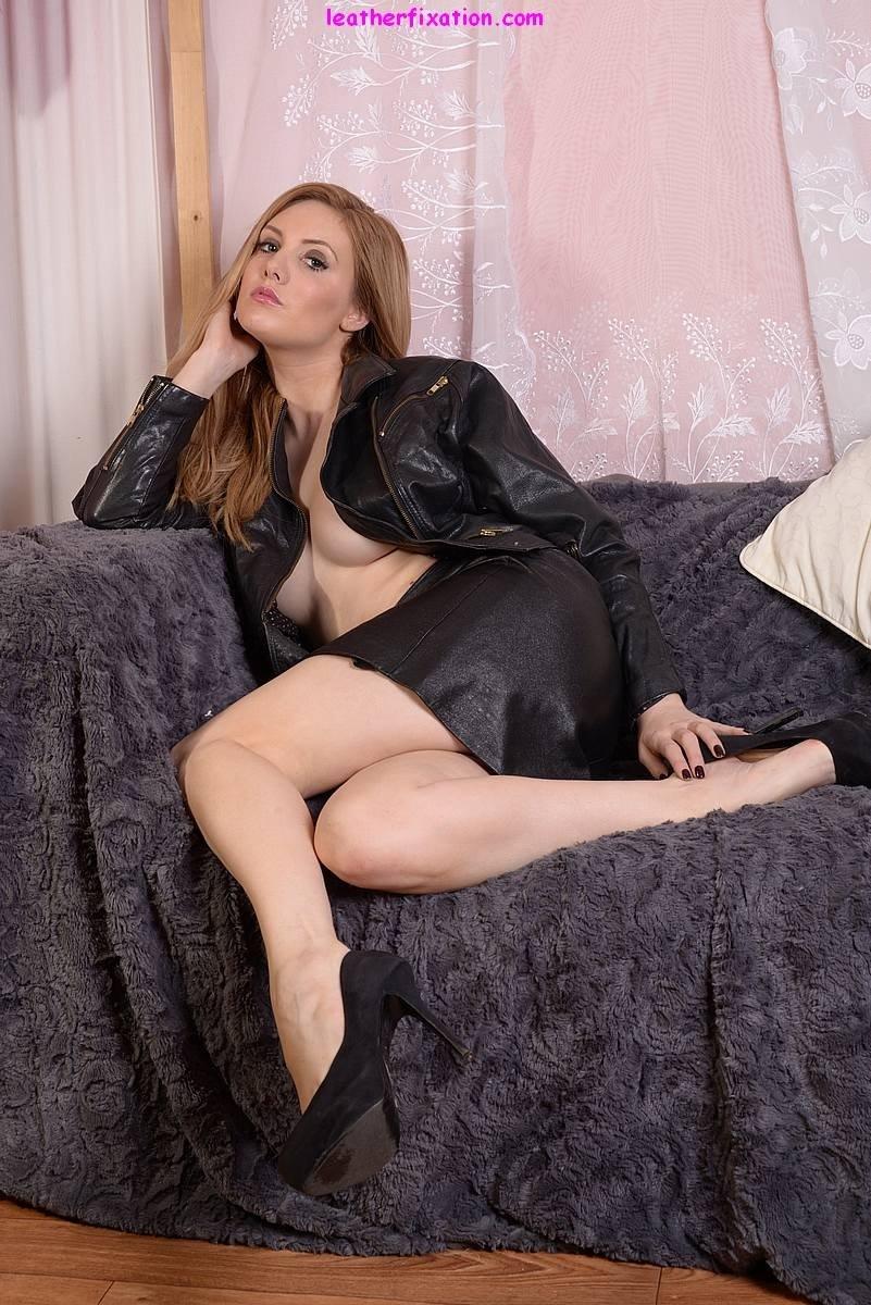 Сучка сидя на кресле без трусиков растопыривает ноги и предоставляет нам удовлетворение. Порно сидеть.