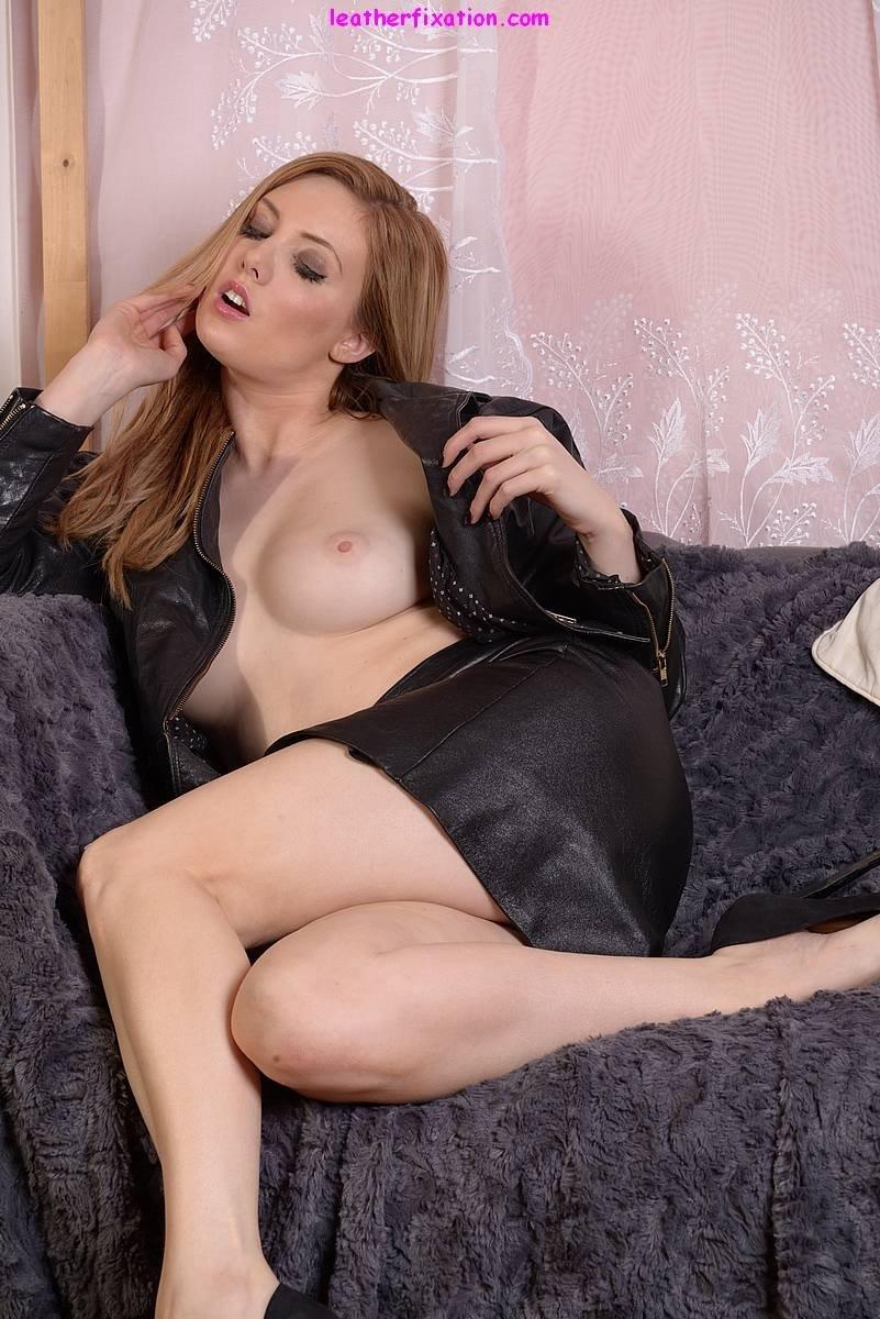 Сучка сидя на кресле без трусиков растопыривает ноги и предоставляет нам удовлетворение. Порно сучка.